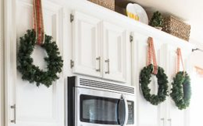 17 Ways To Decorate Inside With Christmas Wreaths Christmas Designers