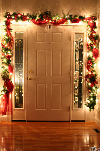 Front Door Garland & 34 Ways to Decorate Your Home with Garland | Christmas Designers pezcame.com